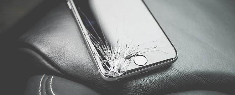 iPhone mit rissigem Bildschirm