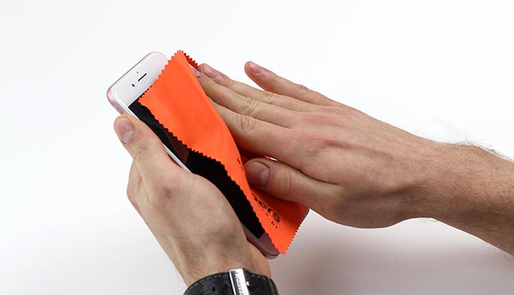 2. Wischen Sie mit dem Tuch das Smartphone Display