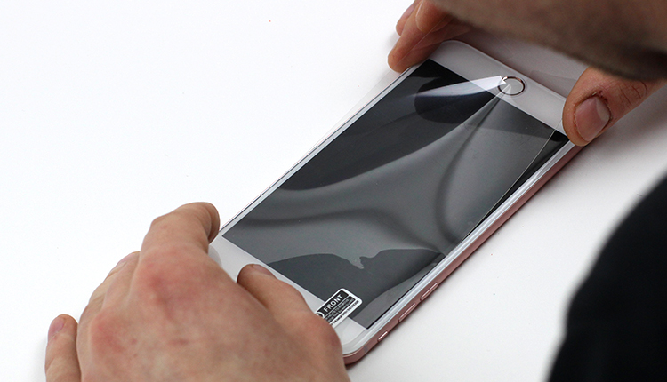 6. Folie kann auf den Smartphone Bildschirm aufgeklebt